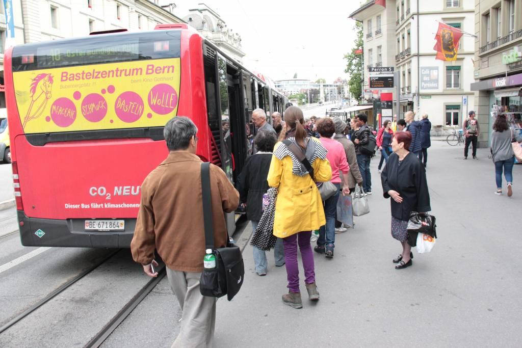 Ihmisiä menossa bussiin