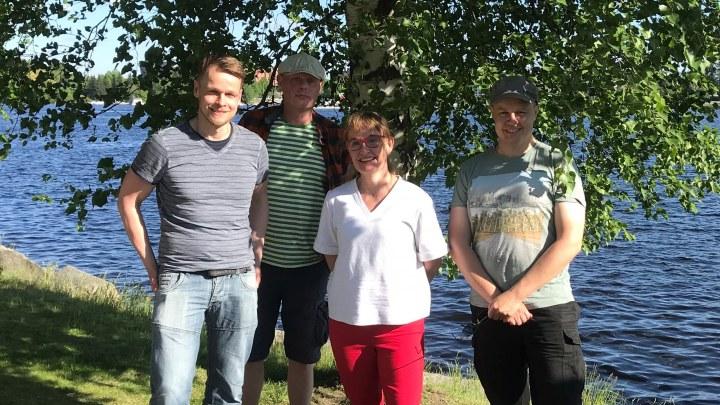 LeGit-tiimi kesäisissä tunnelmissa järven rannalla.