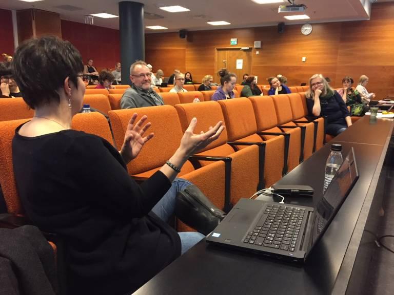 Kuva luentosalista, keskustelemassa Johanna Vaattovaara, Sanna Kivimäki ja TIVI-kurssilaisia.